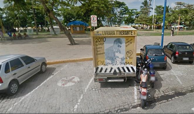 Furgão estacionado na Beira Mar é usado como livraria (FOTO: Google Maps)