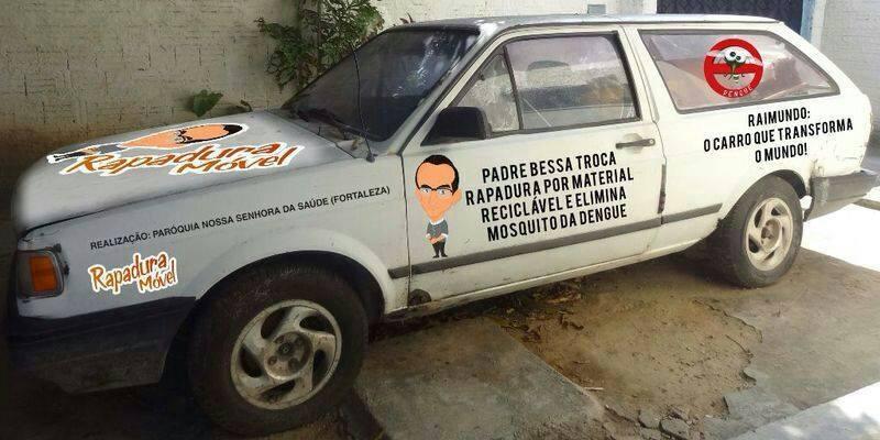 Padre troca rapadura por lixo reciclável em comunidades de Fortaleza (FOTO: Reprodução Facebook)