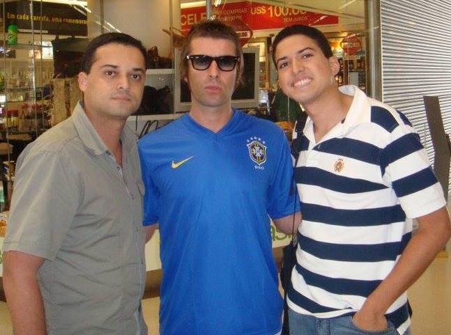 Irmãos tiveram a sorte até de encontrar o vocalista do Oasis na área de embarque para o show (FOTO: Arquivo pessoal/João José)