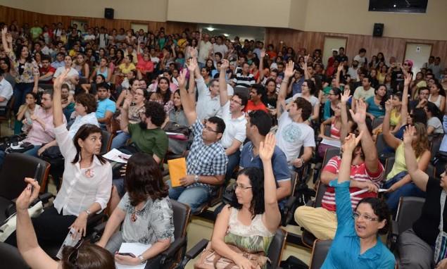 Com 71 votos a favor, professores deliberam a greve.
