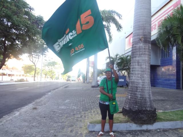 Pela segunda vez, Madalena trabalha durante campanha e garante votar em candidato (FOTO: Hayanne Narlla/ Tribuna do Ceará)