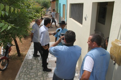 Equipe realizando entrevistas no Crato. (FOTO: Tribuna do Ceará/ Emílio Moreno)