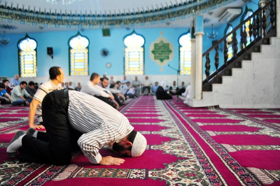 O curvamento até o chão significa o ponto máximo de submissão à Deus durante as orações.