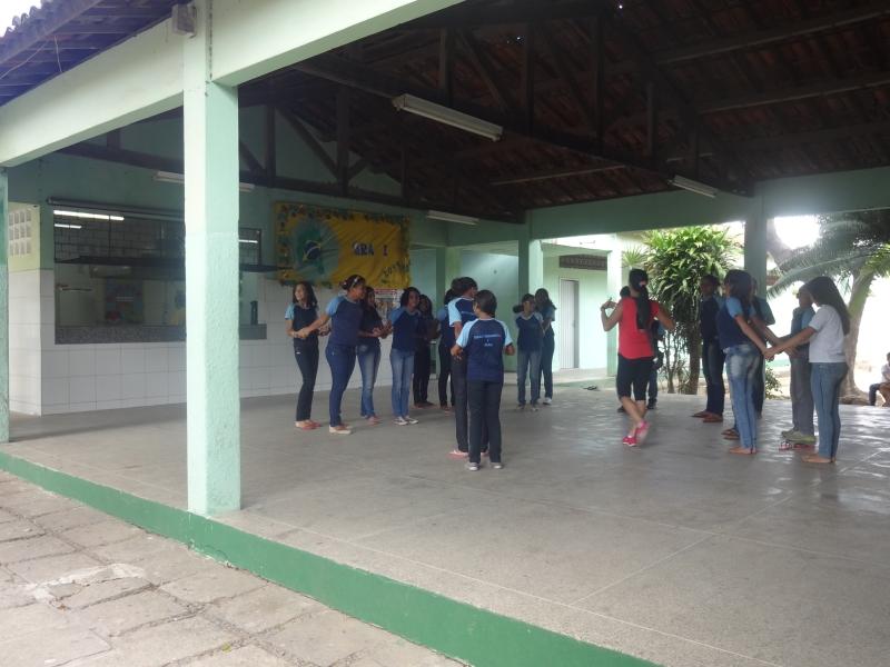 Sem quadra esportiva, a Educação Física da escola – que atende 945 alunos – é feita no pátio (FOTO: Roberta Tavares/Tribuna do Ceará)
