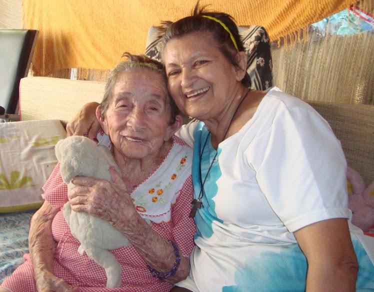 Emília Leite, diretora da Casa com uma das idosas assistidas.