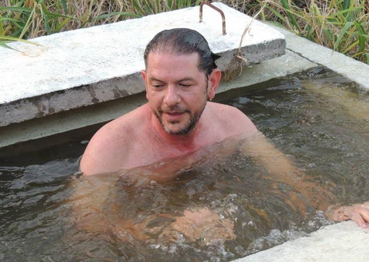 Cid Gomes em mergulho em tanque d´agua de adutora em Itapipoca. (FOTO: Éldem Martins)