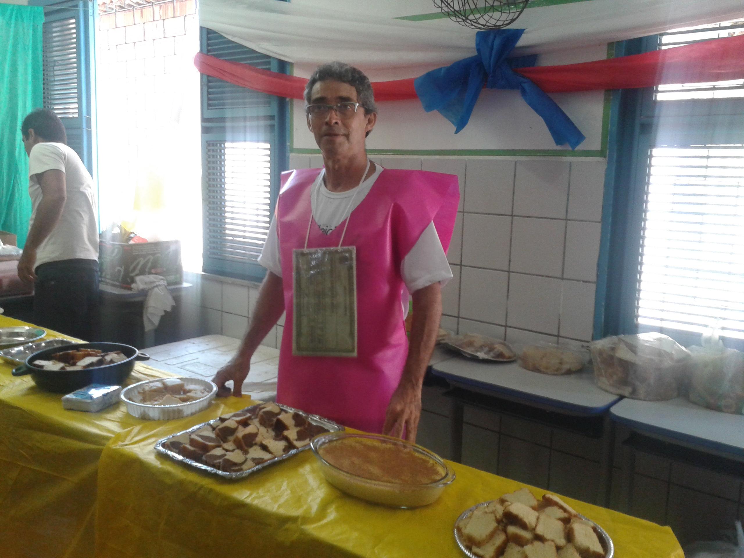 Bolos, canjicas, pudim e outros pratos são preparados pelo próprio Francisco Carlos da Silva. (FOTO: Tribuna do Ceará/ Rosana Romão)
