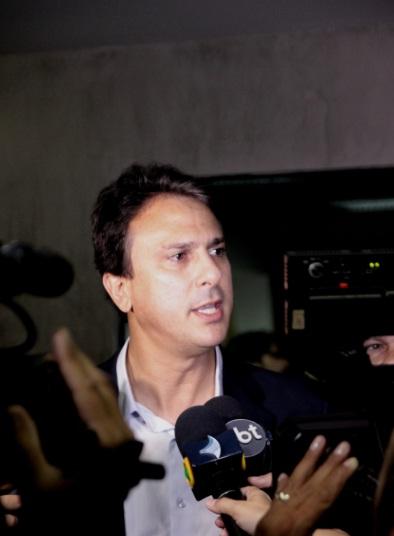 Camilo Santana usa cola repassada por Cid Gomes