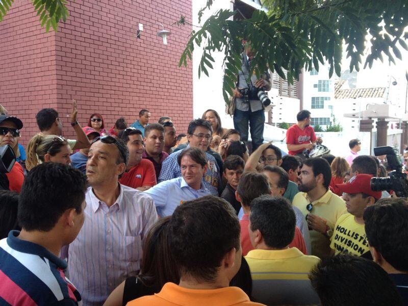 Cid Gomes foi à Delegacia de Sobral para prestar solidariedade ao vereador (FOTO: Wagner Teles)