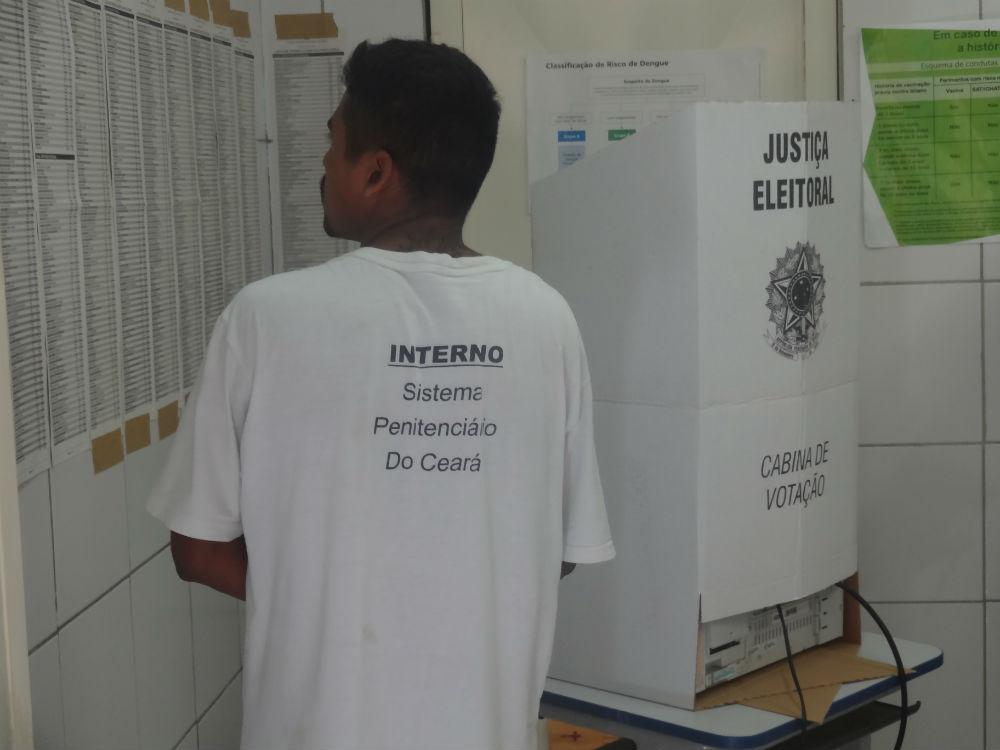 Os detentos da CPPL II constantemente consultavam os números dos candidatos das eleições (FOTO: Lucas Catrib)