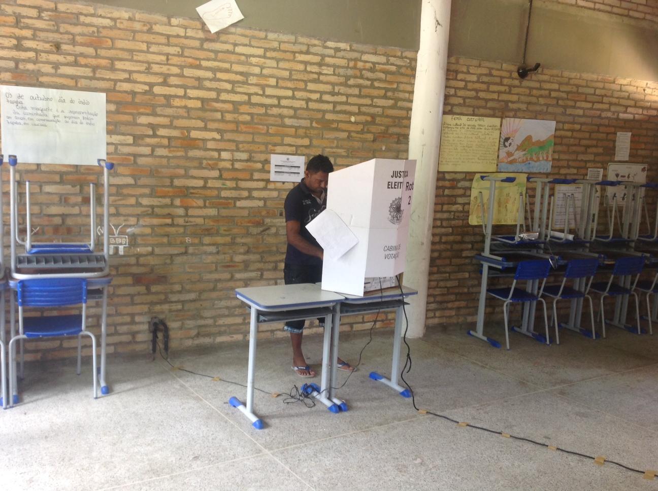 Eleitor vota em colégio indígena (FOTO: Lucas Catrib)