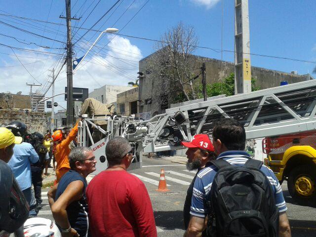Fucionário a serviço da Coelce foi resgatado com vida (FOTO: PAULO WENDELL/TV JANGADEIRO)