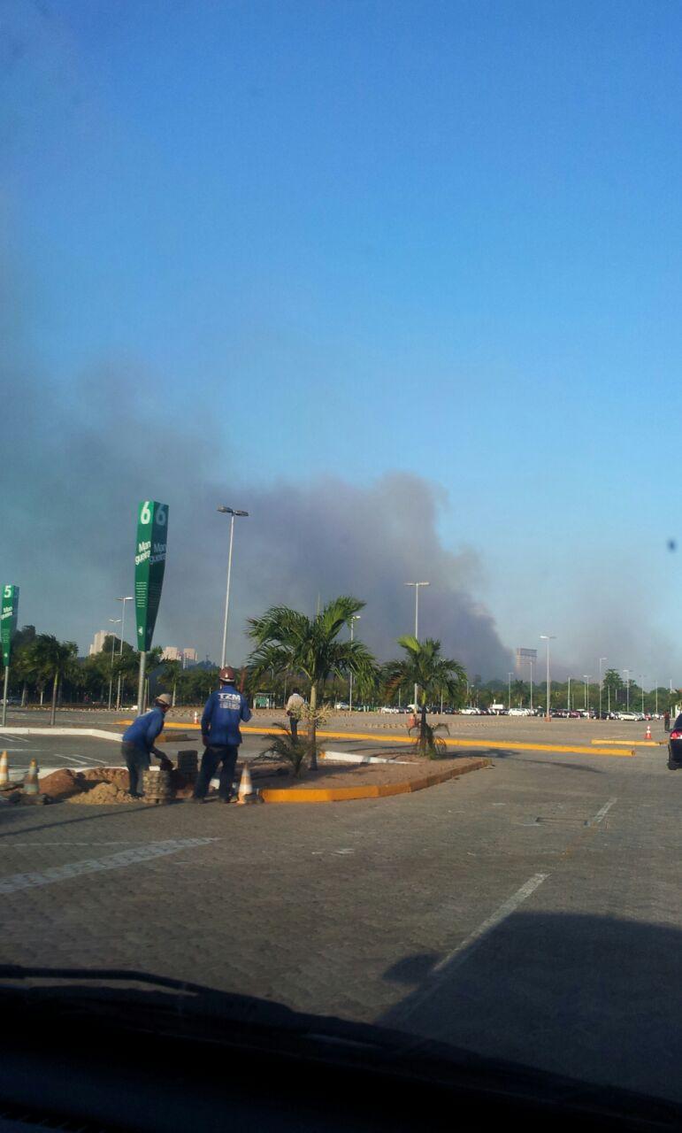 Fumaça era vista de longe do parque (FOTO: Daniel Herculano/ Tribuna do Ceará)