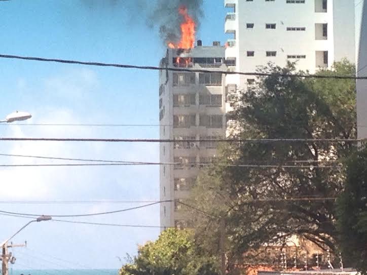 Incêndio atinge hotel na avenida Beira mar (FOTO: Whatsapp Tribuna Bandnews)
