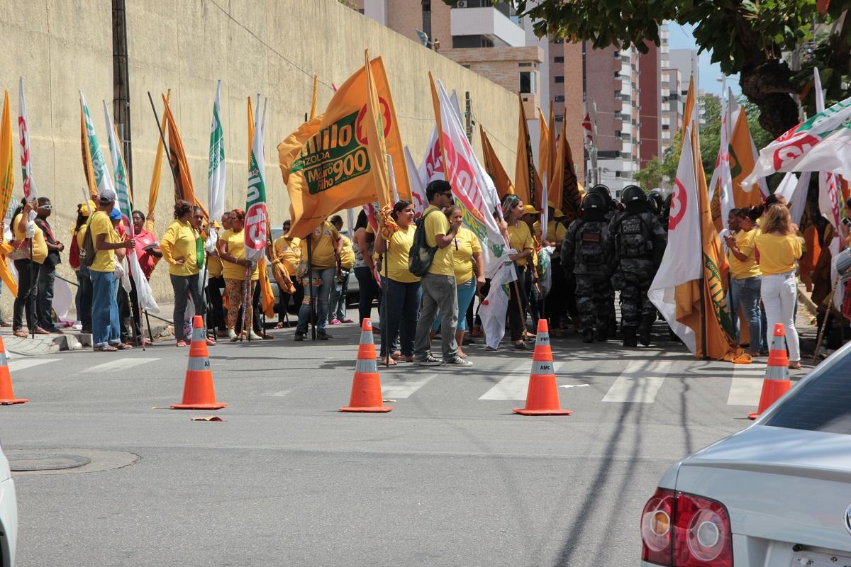 Militantes do candidato Camilo Santana (PT) dançavam e cantavam as músicas de campanha enquanto balançavam bandeiras e entregavam panfletos aos motoristas e pedestres (FOTO: TRIBUNA DO CEARÁ)
