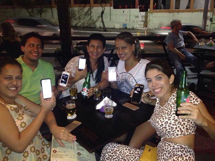 Grupo de amigos utilizando o app (Foto: Facebook/Divulgação)