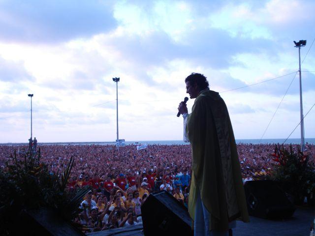 Padre Reginaldo Manzotti celebra missa no Aterro da Praia de Iracema (FOTO: Arquivo/Padre Reginaldo Manzotti)