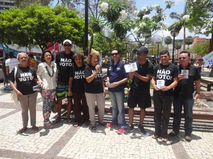 Membros do movimento e simpatizantes fazem campanha contra o voto de domingo. (FOTO: Tribuna do Ceará/ Rosana Romão)