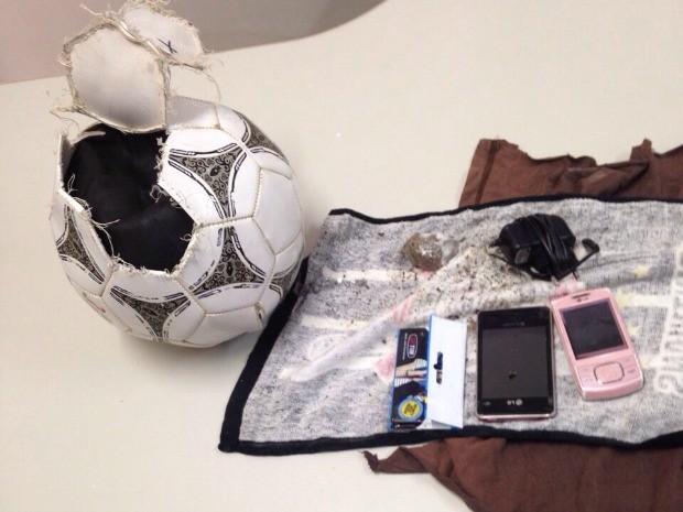 Dentro da bola havia celulares e droga (FOTO:: Lopes Custódio/Arquivo pessoal)