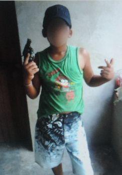 Criança exibia armas em rede social. (FOTO: Reprodução)