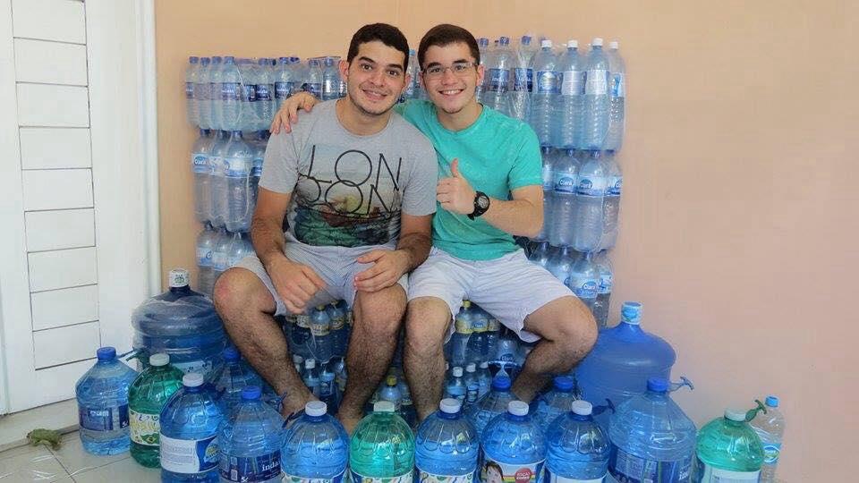 Adolescente arrecada água