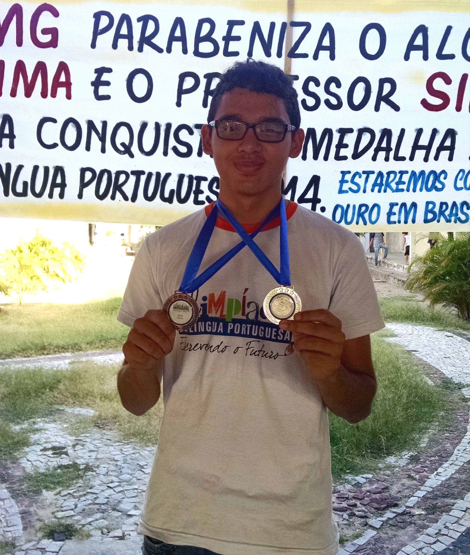 Marcelo exibe as medalhas que ganhou nas etapas passadas da OBLP. (Foto: Renata Monte/Tribuna do Ceará)