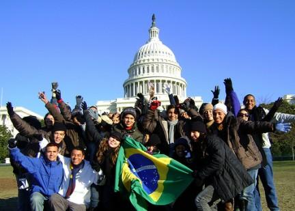 Jovens Embaixadores em frente ao Capitólio, em Washington, nos Estados Unidos. (Foto: Divulgação/Missão Diplomática dos EUA Brasil)