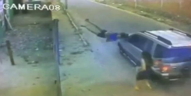 Vítima foi arremessada a metros de distância (FOTO: Reprodução)
