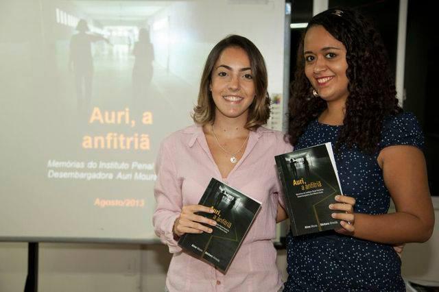Bárbara e Aline na Defesa da Auri em agosto de 2013. (FOTO: Arquivo Pessoal)