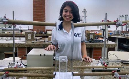 O laboratório de física é como a segunda casa da estudante (FOTO: Renata Monte/Tribuna do Ceará)