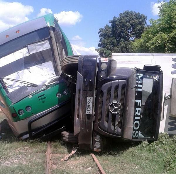 Metrô do Cariri saiu dos trilhos e colidiu em caminhão (FOTO: Site Miséria)