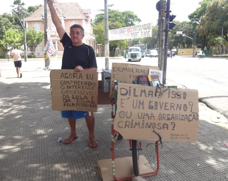 Paulo Roberto vai todos os dias ao cruzamento para expor suas ideias (FOTO: Roberta Tavares/Tribuna do Ceará)