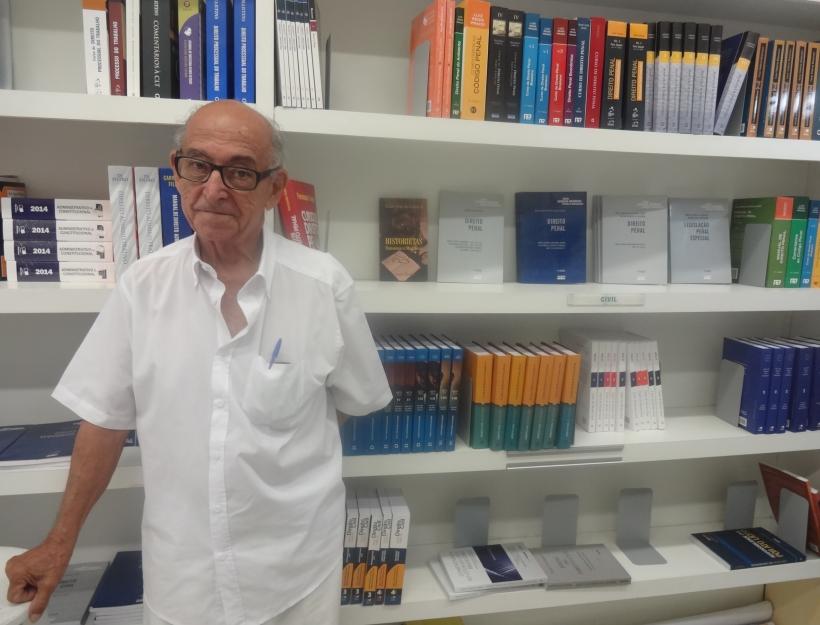 Seu Gabriel constantemente recebe elogios e retribuições de carinho dos alunos (FOTO: Roberta Tavares/Tribuna do Ceará)