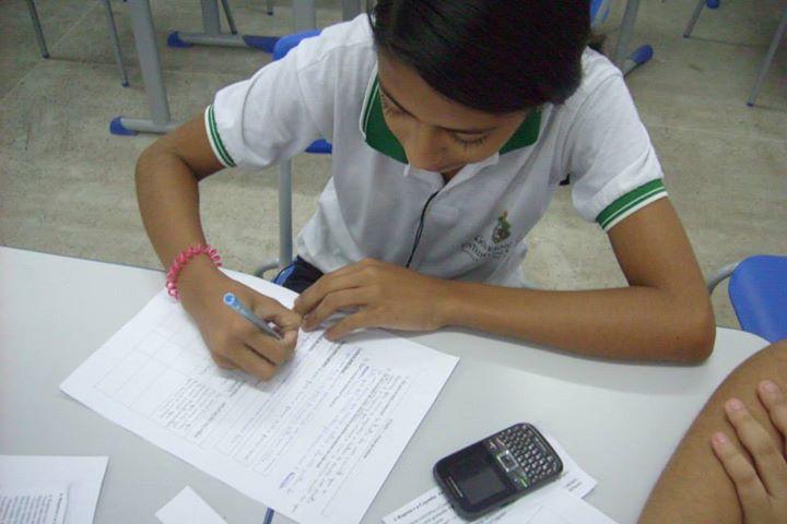 Os alunos produzem os textos na escola, depois são digitalizados e entregues aos revisores, que corrigem e devolvem os textos para os alunos. (FOTO: Arquivo Pessoal)