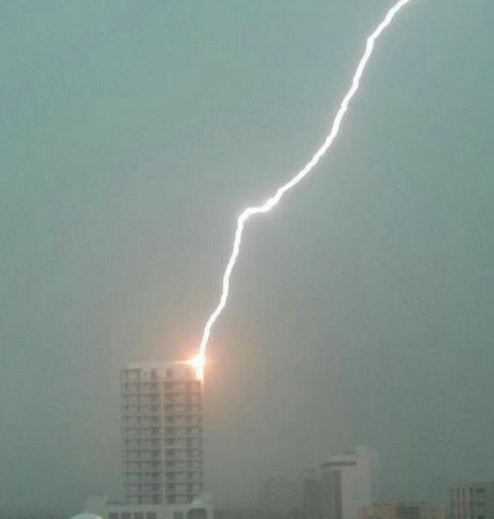 Moradores registraram até raios que atingiram prédios na Aldeota (FOTO: Cristiano Pantantal)