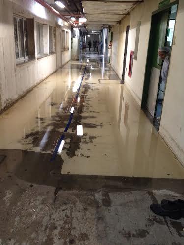 Hospital teve instalações alagadas e pacientes reclamaram (FOTO: Reprodução Whatsapp)
