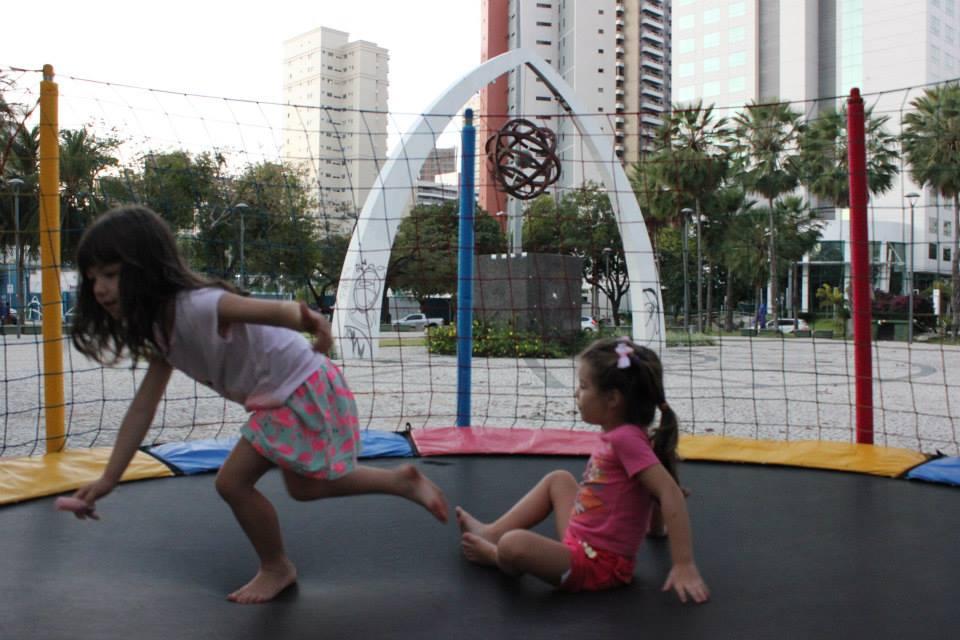 Crianças ocupam equipamento público, que está prestes a ser demolido (FOTO: Sara Rosa/Reprodução)