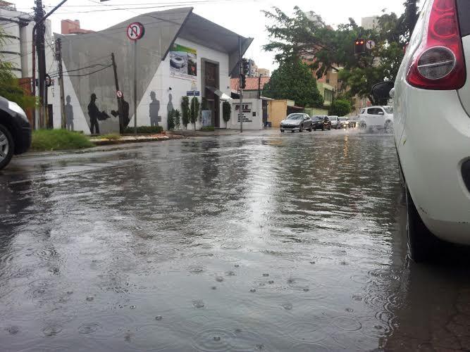 Em Fortaleza, alagamentos são comuns na avenida Padre Antonio Tomas (FOTO: Daniel Herculano/ Tribuna do Ceará)