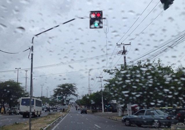 """Teve até semáforo indicando os sinais de """"pare"""" e """"siga"""" ao mesmo tempo, como na Avenida Mister Hull (FOTO: Caio Costa/TV Jangadeiro)"""