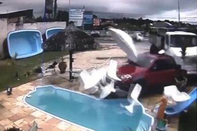 O acidente, flagrado por câmeras, provocou grande estrago (FOTO: Reprodução)