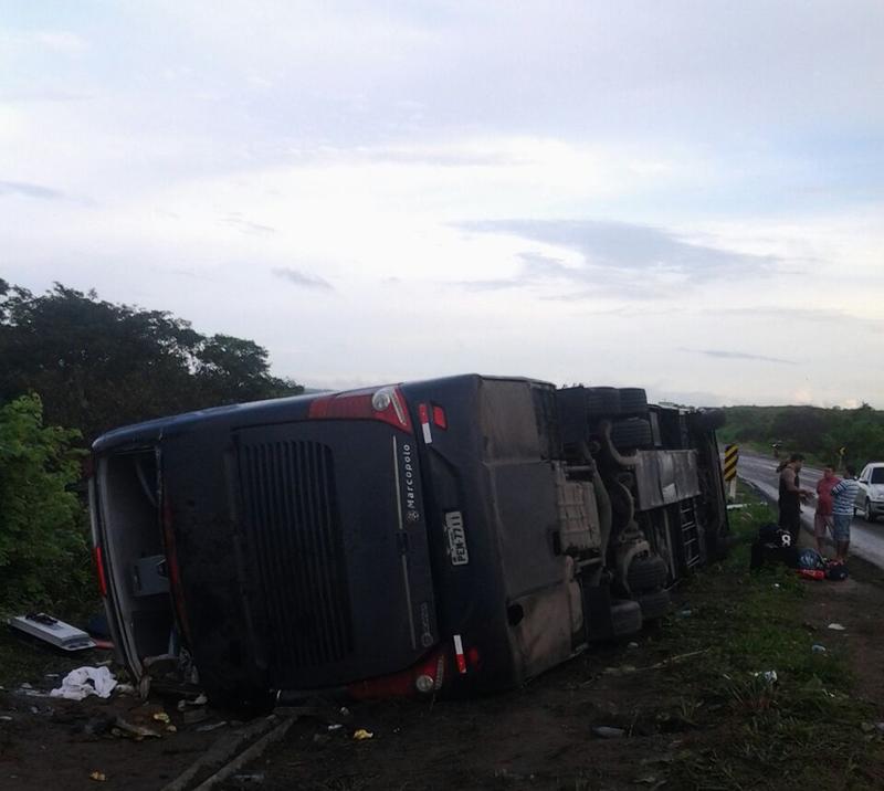 O veículo transportava 30 passageiros (Foto: PRF)