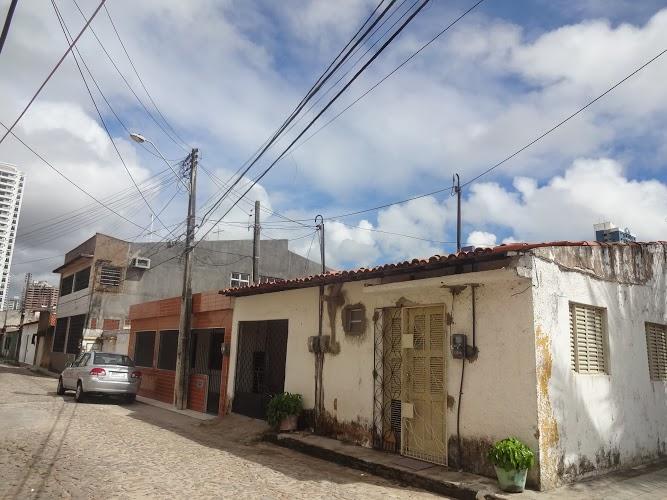 As casas do bairro avançaram as calçadas e incorporaram os postes elétricos (FOTO: Roberta Tavares/Tribuna do Ceará)