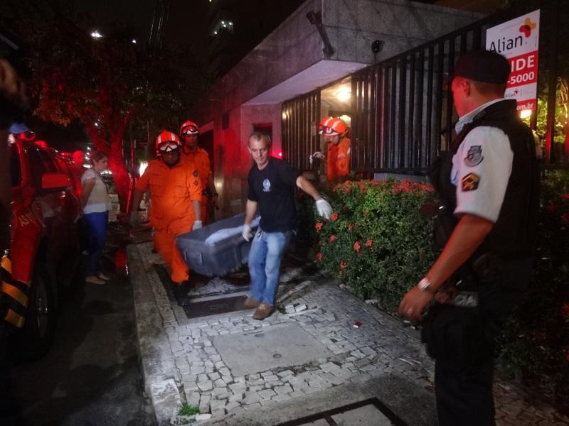 Momento em que vítima foi retirada do imóvel. (FOTO: Tribuna do Ceará/ Rosana Romão)