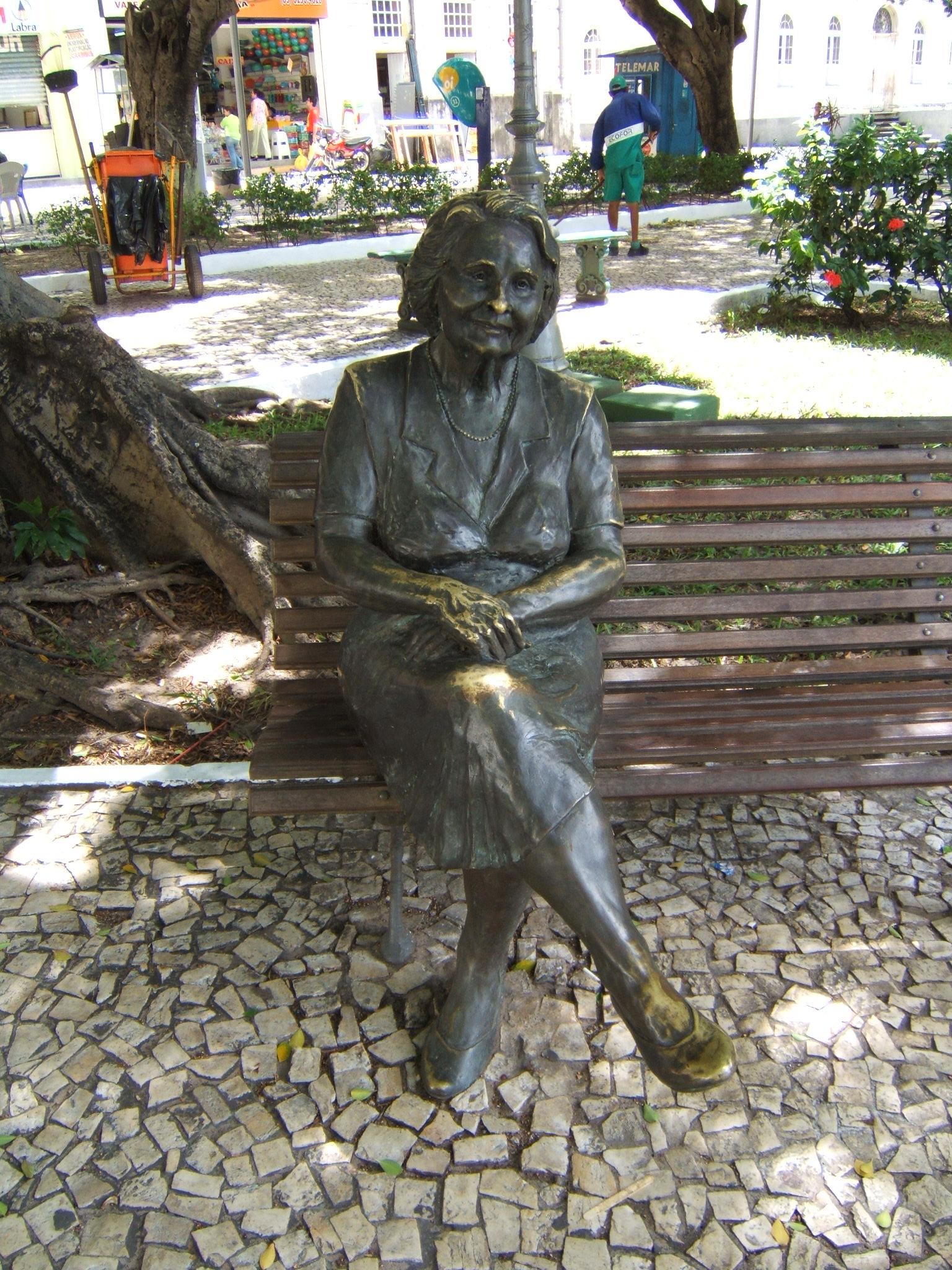 Em homenagem à Rachel de Queiroz, uma estátua foi construída em Fortaleza (FOTO: Wikipidia)