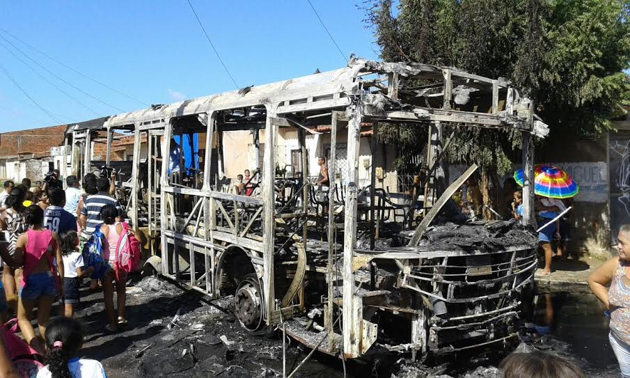 Ônibus incendiado em Fortaleza (FOTO: Cristiano Pantanal/ TV Jangadeiro)