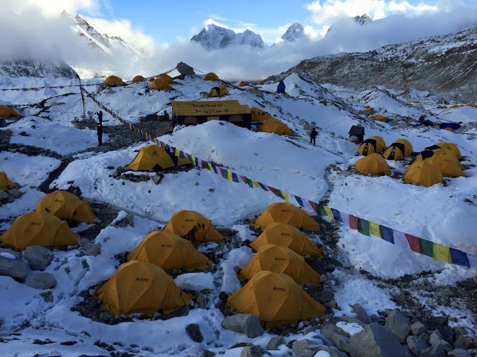 Campo base do Everest dias antes do terremoto (FOTO: Reprodução Facebook)