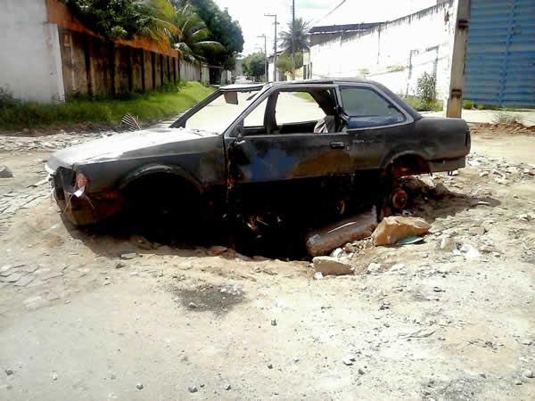 Moradores taparam cratera em via para prevenir acidentes (FOTO: Cícero Valério/ Agência Miséria)