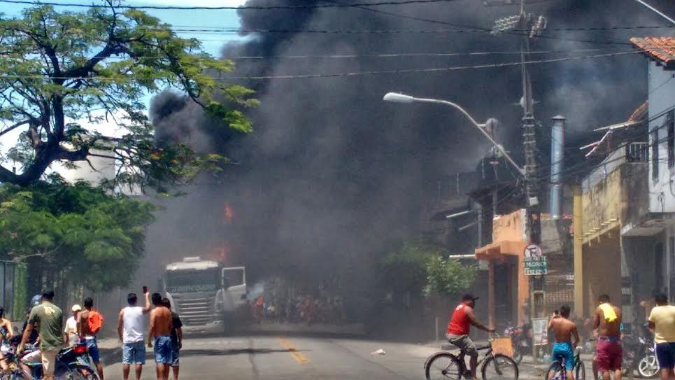 Fogo se alastrou e causou grande fumaça preta (FOTO: Reprodução Whatsapp)