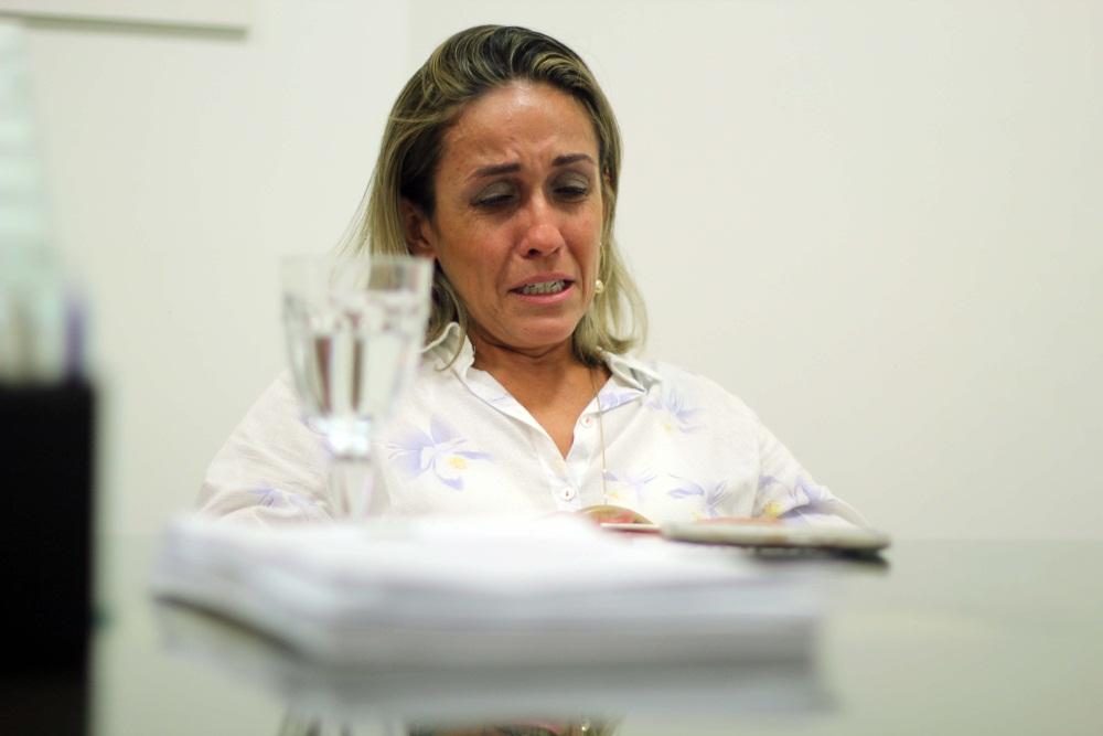Cristiane chora ao relembrar de filho morto (FOTO: Fernanda Moura/ Tribuna do Ceará)