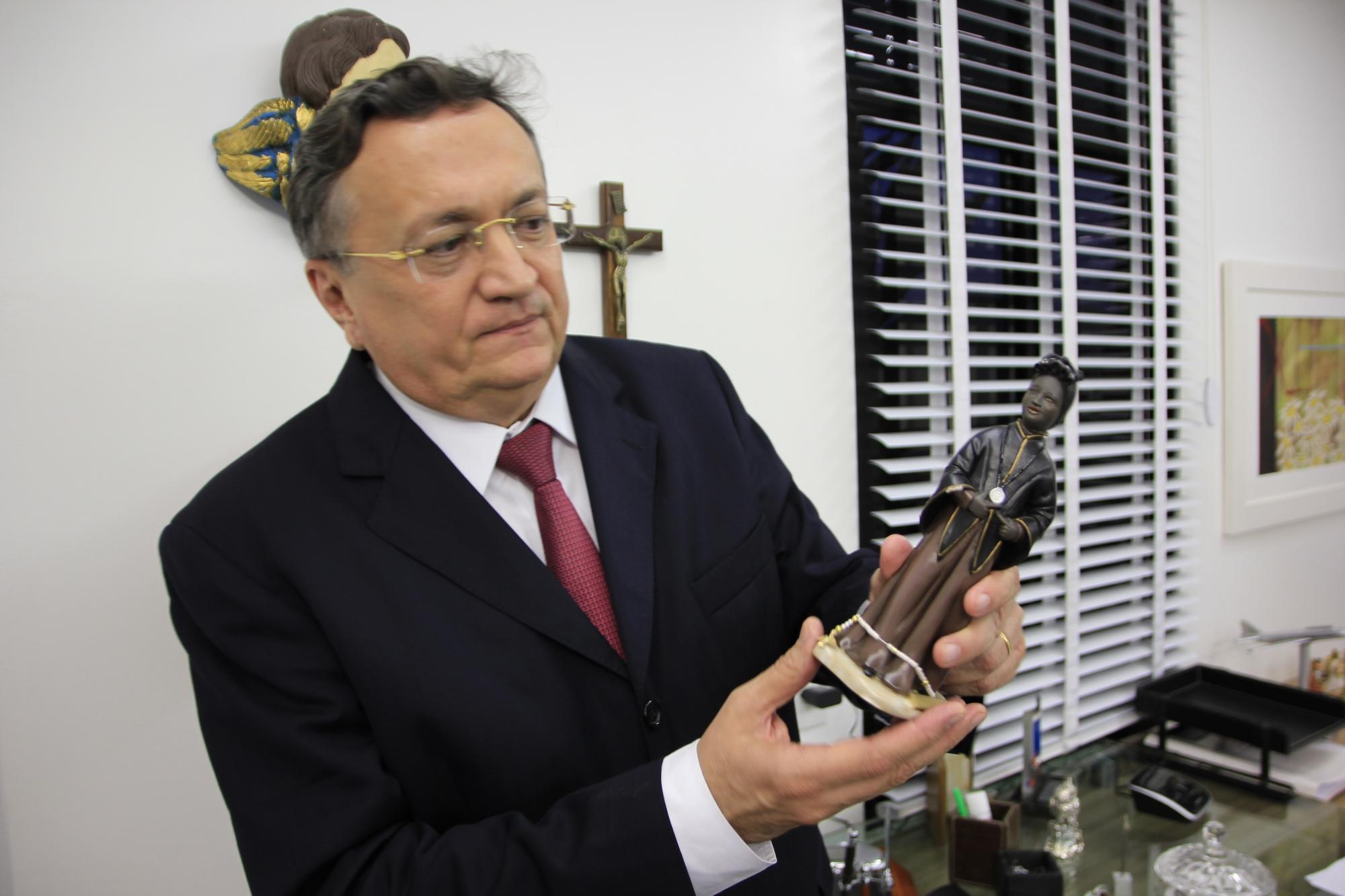 Paulo Quezado recebe presentes de seu clientes após o encerramento dos processos (FOTO: Fernanda Moura/ Tribuna do Ceará)